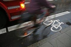 Ciclista en lluvia Imágenes de archivo libres de regalías
