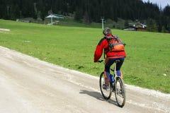 Ciclista en pista de la montaña Fotografía de archivo