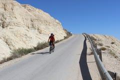 Ciclista en Sde Boker en Israel fotos de archivo libres de regalías