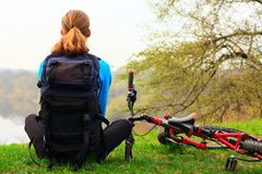 Ciclista en un alto Imagen de archivo libre de regalías