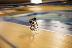 Ciclista en velódromo Fotografía de archivo libre de regalías