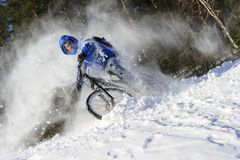 Ciclista extremo do inverno na neve Imagem de Stock Royalty Free