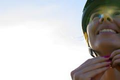 Ciclista fêmea com o capacete em sua cabeça Foto de Stock