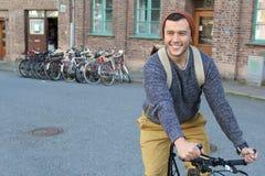 Ciclista feliz en la ciudad Fotos de archivo