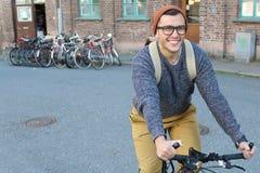 Ciclista feliz en la ciudad Foto de archivo
