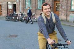 Ciclista feliz en la ciudad Fotografía de archivo