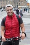 Ciclista feliz en la ciudad Imagen de archivo