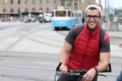 Ciclista feliz en la ciudad Imágenes de archivo libres de regalías