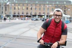 Ciclista feliz en la ciudad Fotos de archivo libres de regalías