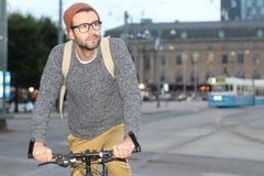 Ciclista feliz na cidade foto de stock royalty free
