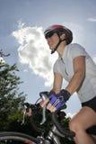 Ciclista femenino atlético del camino Imagenes de archivo