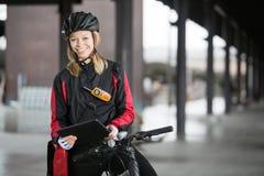 Ciclista femenino con el mensajero Bag Imagen de archivo libre de regalías