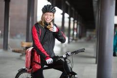 Ciclista femenino con el mensajero Bag Using Imagen de archivo