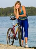 Ciclista femenino que presenta al aire libre Fotos de archivo libres de regalías