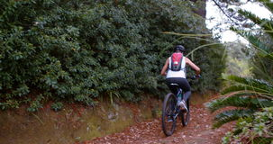 Ciclista femminile che cicla sulla pista di sporcizia archivi video