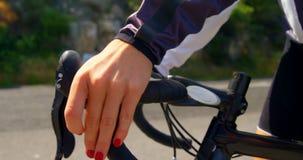 Ciclista femminile pronto per il riciclaggio sulla strada 4k della campagna archivi video