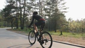 Ciclista focalizado seguro que pedaling na bicicleta no parque Treinamento de ciclagem da estrada Conceito do ciclismo video estoque
