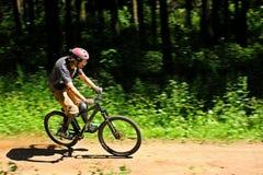 Ciclista in foresta Fotografia Stock Libera da Diritti