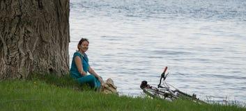 Ciclista joven en la orilla Fotos de archivo
