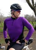 Ciclista maschio nella viola rossa Fotografia Stock