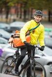 Ciclista masculino con la calle de Delivery Bag On del mensajero Imagenes de archivo