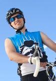 Ciclista masculino de sorriso fotos de stock
