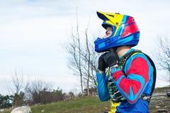 Ciclista masculino del mtb del corredor del primer en el equipo protector que se prepara para la raza que abotona el casco integr Foto de archivo