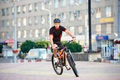 Ciclista masculino que levanta para a campanha de ciclagem fotografia de stock royalty free