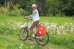 Ciclista mayor de la señora Imagenes de archivo