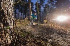 Ciclista in mountain-bike attraverso fuori una traccia della strada Fotografia Stock Libera da Diritti