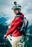 Ciclista in mountain-bike con Actioncam sul casco Fotografia Stock Libera da Diritti