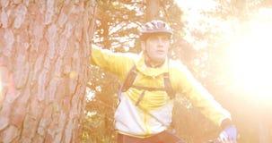 Ciclista in mountain-bike maschio che prende una rottura e che esamina natura stock footage