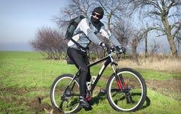 Ciclista in mountain-bike nel campo Immagine Stock Libera da Diritti