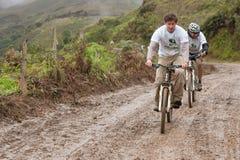 Ciclista in mountain-bike nella pioggia nelle Ande Immagine Stock Libera da Diritti
