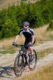 Ciclista in mountain-bike sulle tracce Immagini Stock