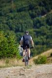 Ciclista in mountain-bike sulle tracce Fotografia Stock