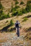 Ciclista in mountain-bike sulle tracce Fotografie Stock