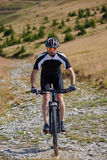 Ciclista in mountain-bike sulle tracce Immagini Stock Libere da Diritti