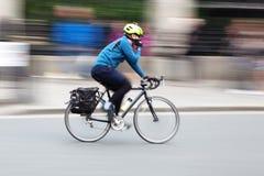 Ciclista na cidade no borrão de movimento foto de stock royalty free