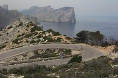 Ciclista na estrada da montanha do enrolamento Imagens de Stock