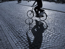 Ciclista na luz do sol fotos de stock