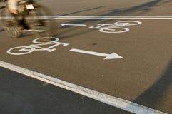 Ciclista na velocidade no sinal de estrada da bicicleta imagem de stock