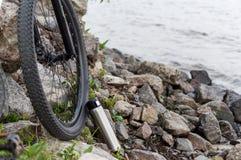 Ciclista in natura Bicicletta e boccetta Viaggiando in bici fotografia stock