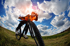 Ciclista nell'attrezzatura e nel casco di sport rossi Fotografia Stock