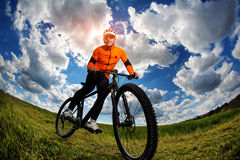 Ciclista nell'attrezzatura e nel casco di sport rossi Immagine Stock