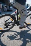 Ciclista nello sforzo massimo in una strada di città all'aperto fotografia stock libera da diritti