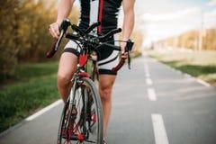 Ciclista no capacete e no sportswear, treinamento da bicicleta foto de stock