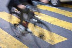 Ciclista obscuro na rua da cidade imagens de stock royalty free