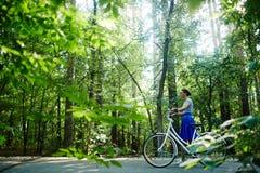 Ciclista in parco Fotografia Stock