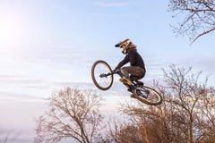 Ciclista profesional que salta en una bici de montaña, un espacio libre imagen de archivo